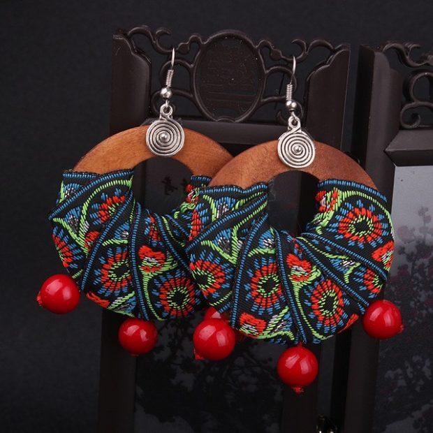 серьги в этно-стиле круглые плоские деревянные с цветными украшениями из ниток и красных бусин