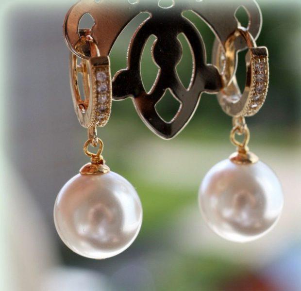 сережки из жемчуга с золотом и мелкими камешками