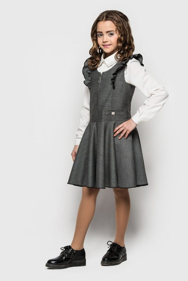 серый сарафан с оборкой белая блуза