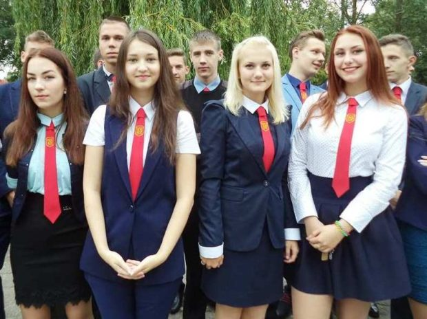 синяя форма для девочек жилетки юбки брюки пиджаки и красные галстуки