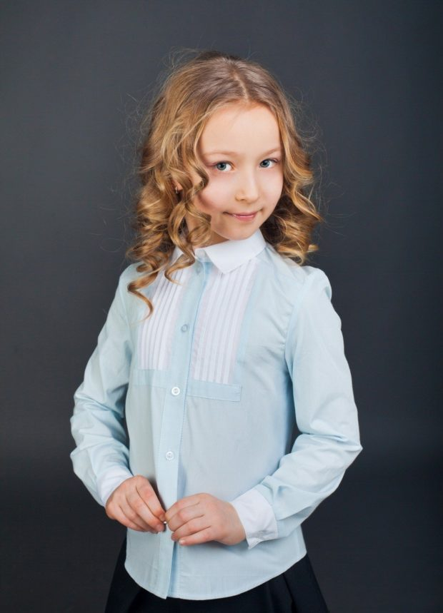 блузка голубая с белыми гипюровыми вставками