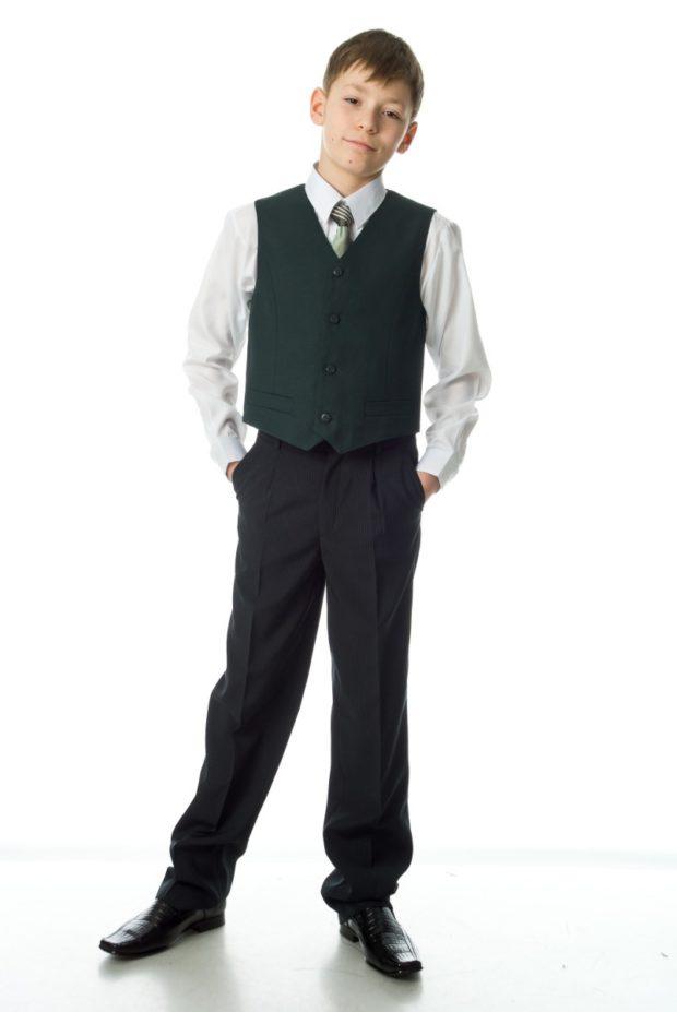 зеленая жилетка черные брюки в мелку полоску белую