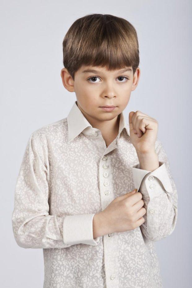 светло-серая рубашка в вензеля