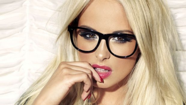 солнцезащитные очки 2018 2019 женские тренды: с прозрачными линзами с черной оправой