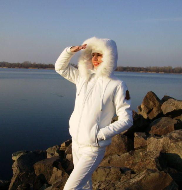 белая куртка короткая с капюшоном
