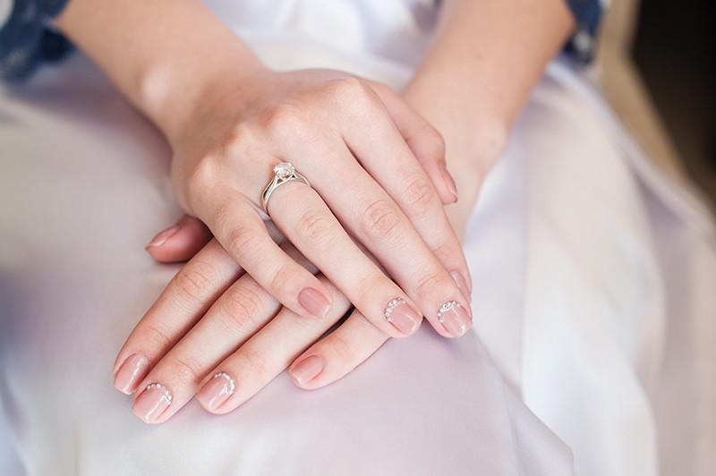 свадебный натуральный маникюр с камнями