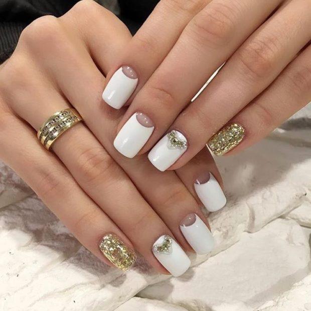свадебный маникюр 2020: белый с лункой и золотым мизинцем