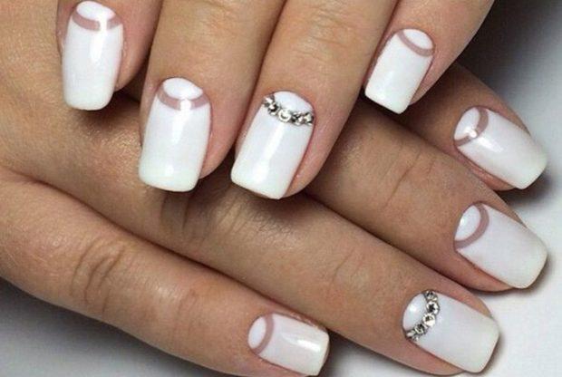 белый свадебный маникюр с камнями