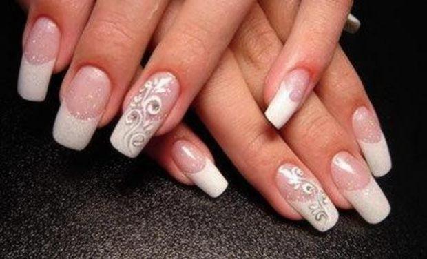 ногти с натуральным и белым цветом с фольгой