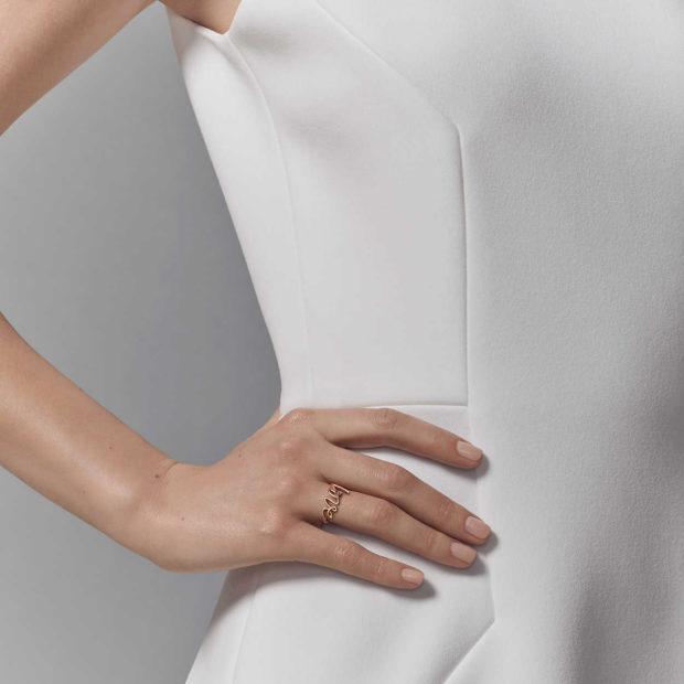 модные ювелирные украшения 2019-2020: кольцо надпись LOVE TIFFANY