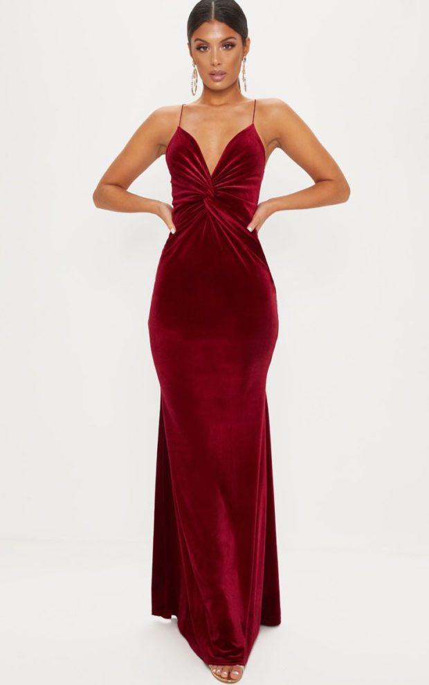 платья на Новый год: бордовое бархатное