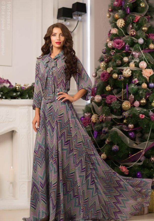 вечерние платья на Новый год 2020: с геометрическим рисунком шифоновое длинное с длинным рукавом