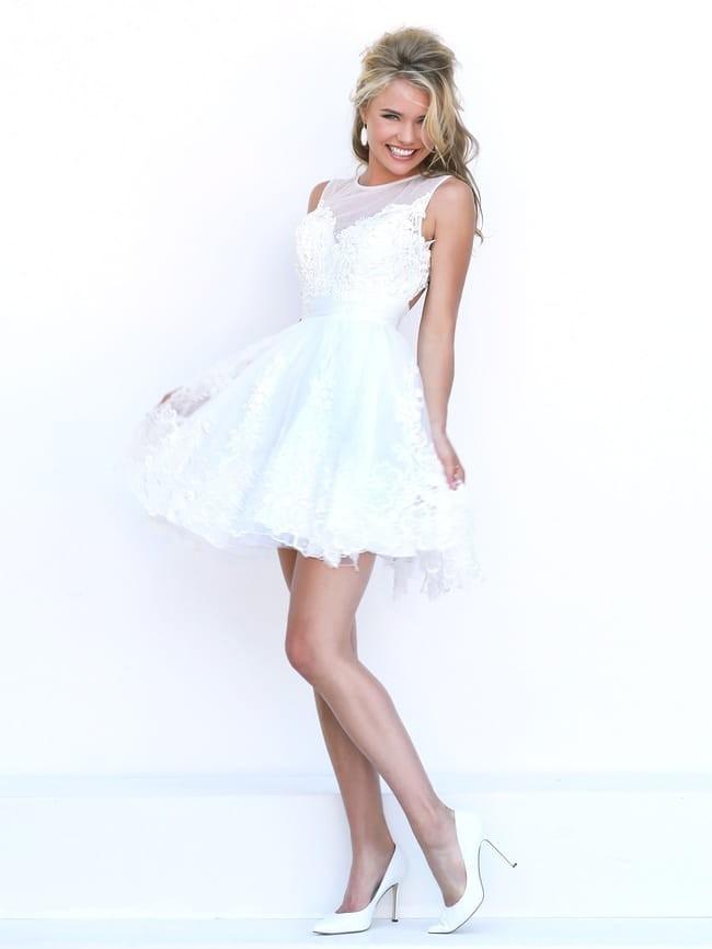 вечерние новогодние платья: короткое белое ажурное без рукава