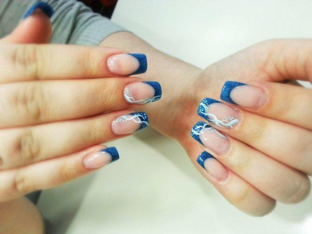 арочный маникюр синий с вензелями на двух пальцах фото моделирование