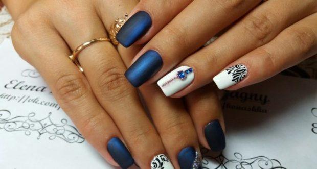модный маникюр синий с белым с камушками шеллак 2018