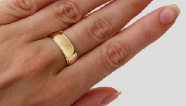 как носить кольца на пальцах женщине: золото гладкое