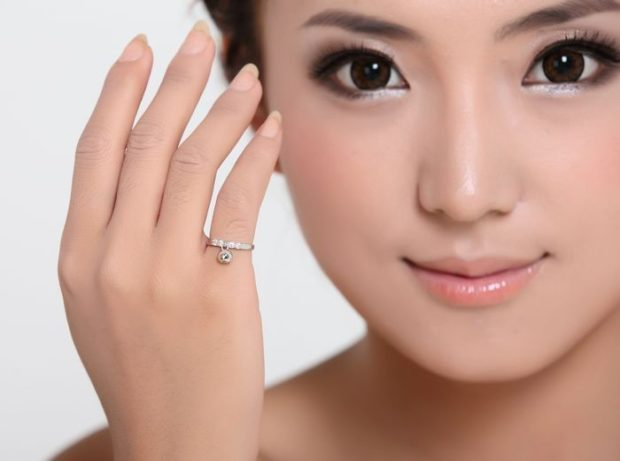 на каком пальце носить кольцо женщине: на мизинце