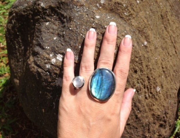 кольцо с большим камнем и с маленьким на два пальца