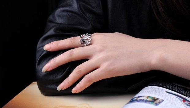 кольцо с камнями на указательном пальце