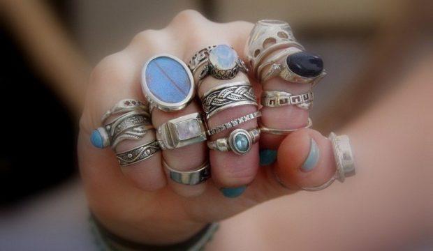множество колец на разных пальцах