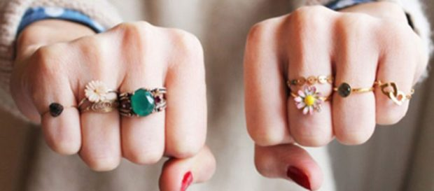 на каком пальце носить кольцо женщине: с камнями с цветочками на всех пальцах