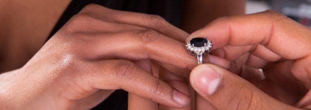 на каком пальце носить кольцо женщине: серебро с камнем темным