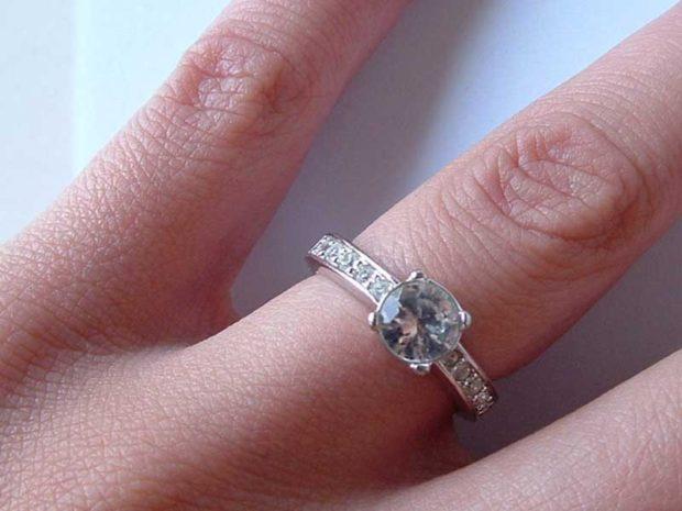 кольцо с камушками мелкими и крупным по центру