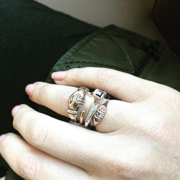 кольцо многослойное на безымянном пальце