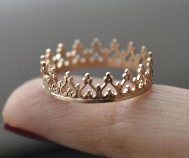на каких пальцах носят кольца женщины: корона