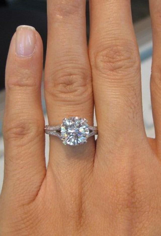 обручальное кольцо с камнем большим