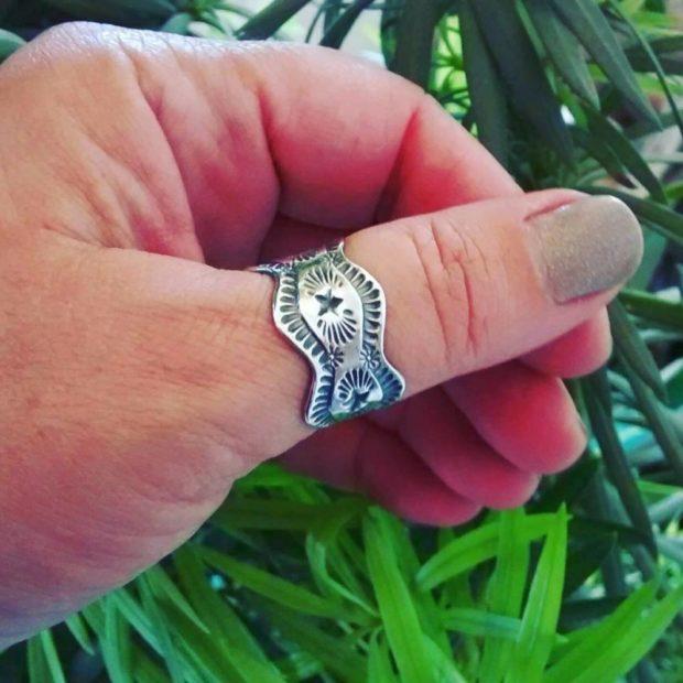 на каких пальцах носят кольца женщины: на большом пальце форма волны