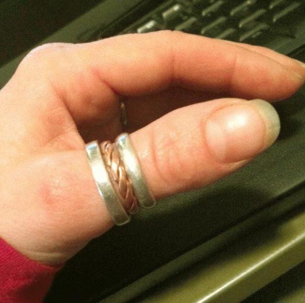 на каких пальцах носят кольца женщины: на большом пальце из двух металлов коса по центру