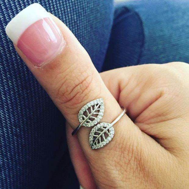 как носят кольца женщины: на большом пальце лепестки