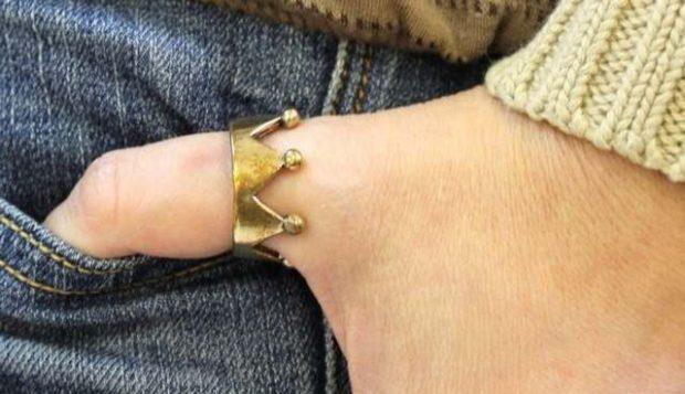 как носят кольца женщины: на большом пальце золотое корона