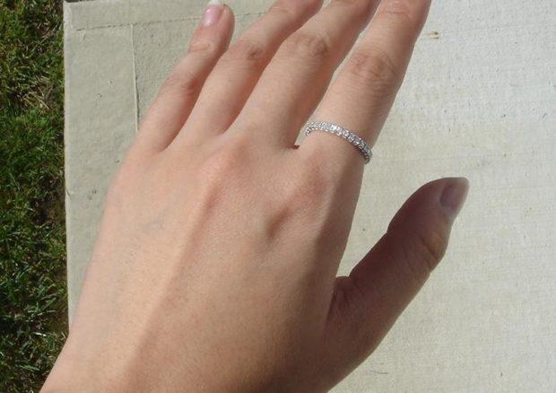 кольцо на указательном пальце из мелких камешек