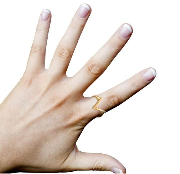 """кольцо на указательном пальце золотом буква """"м"""""""