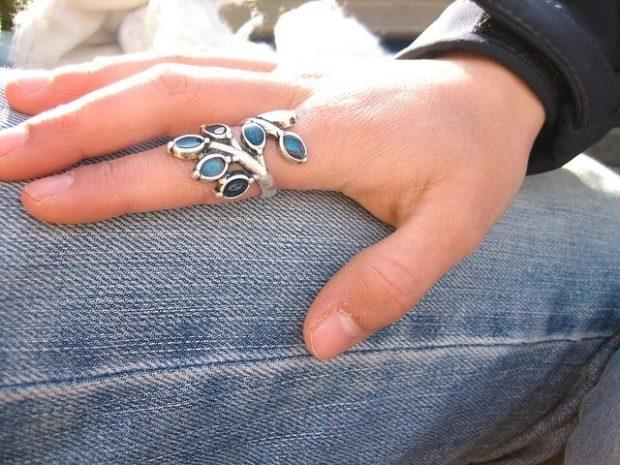 как носят кольца женщины: на указательном пальце массивное лепестки с камушками