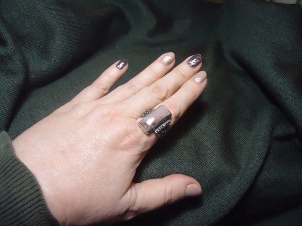 кольцо на указательном пальце с коричневым камнем