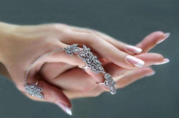 кольцо на указательном пальце на всю длину ажурное