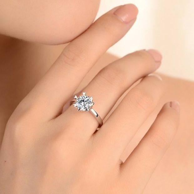 кольцо на среднем пальце с камнем