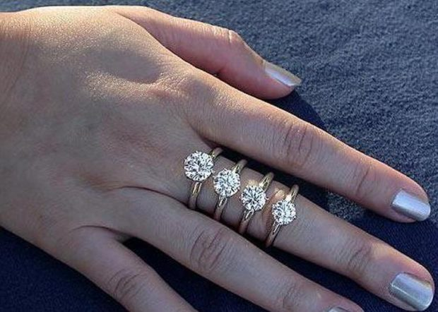 как носят кольца женщины: на средний палец золотое многослойное с камнями