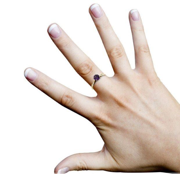 кольцо на средний палец золотое с камнем фиолетовым