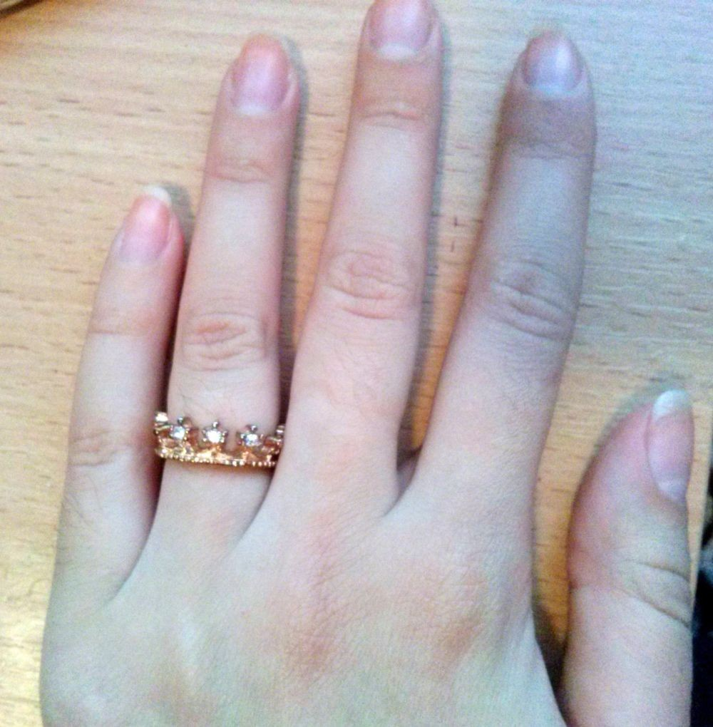 кольцо на безымянном пальце корона с камушками