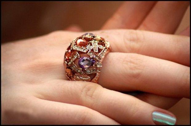 как носить кольца на пальцах женщине: на средний палец с камнями