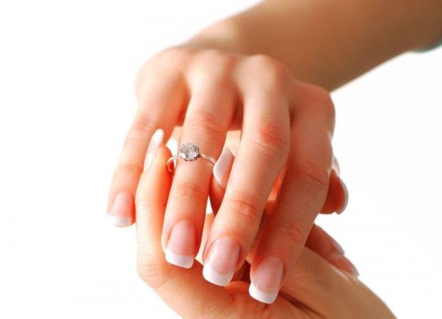 кольцо на безымянном пальце золотое с камнем большим
