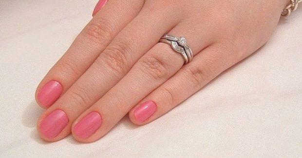 кольцо на безымянном пальце серебро с камушками