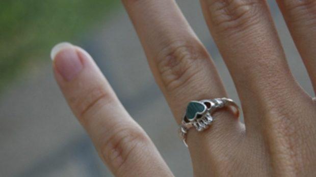 кольцо на безымянном пальце серебро с сердцем из зеленого камня