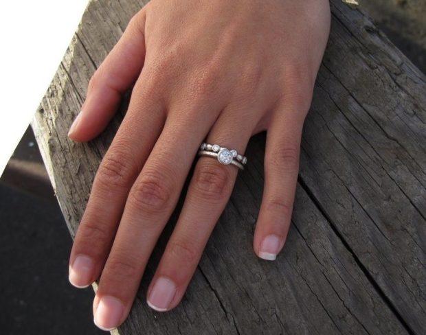кольцо на безымянном пальце двойное с камнями