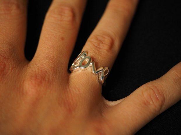 кольцо на безымянном пальце в форме надписи