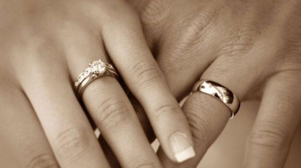 обручальные кольца с камнем для нее гладкое для него